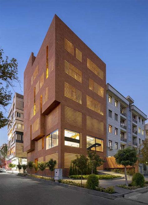 ساختمان مرکزی مجموعه آجر کهنسرام / مشاوران هوبا طرح (هومن بالازاده): رتبه نخست گروه عمومی جایزه معمار 1398